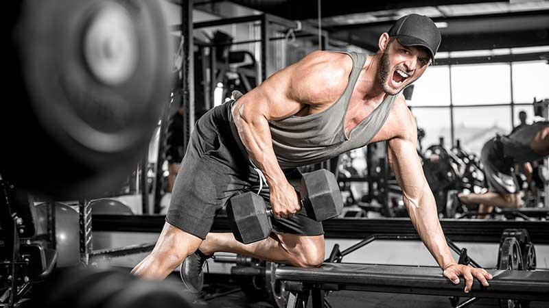 Consigli per chi inizia ad allenarsi con i pesi