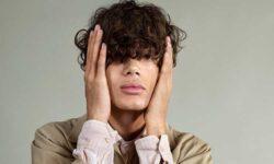 Tendenze tagli di capelli uomo estate 2021. Grandi volumi con un twist rock