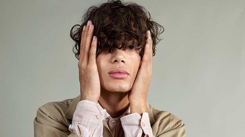 Tendenze tagli di capelli uomo estate 2021. Grandi volumi con un twist rock - Photo Courtesy of Toni&Guy