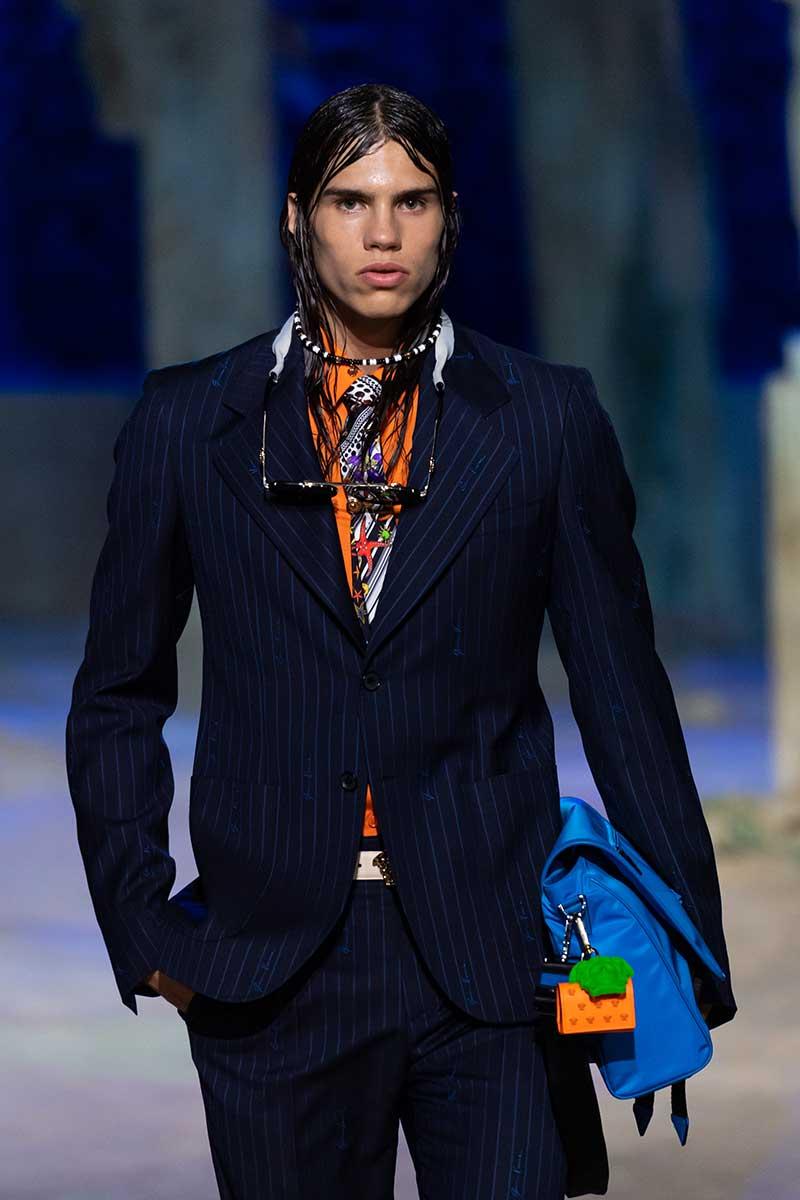 Tendenze capelli uomo primavera estate 2021. Torna il wet look. Photo: courtesy of Versace