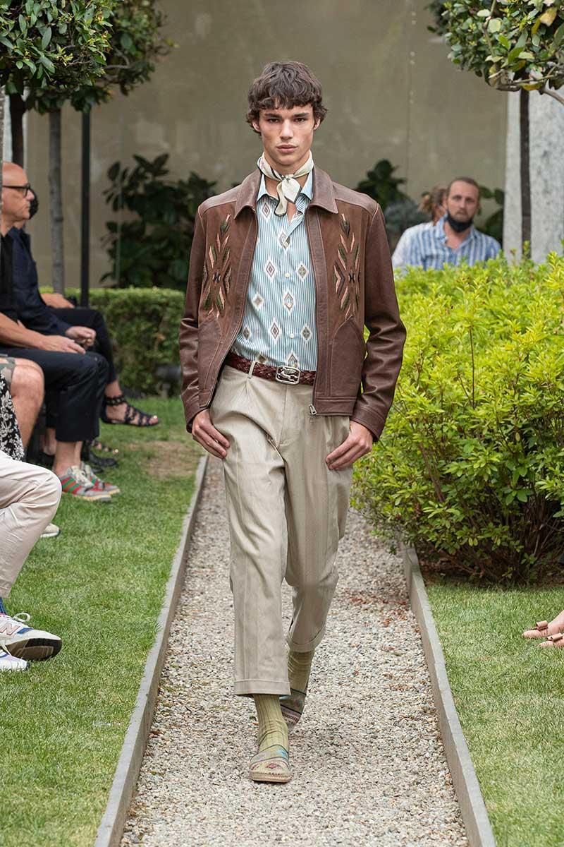 Tendenze moda uomo primavera estate 2021: giubbotti in pelle per lui. Photo: courtesy of Etro