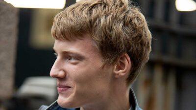 Tendenze tagli di capelli uomo 2021: corto ma con qualche scalatura lunga in mezzo