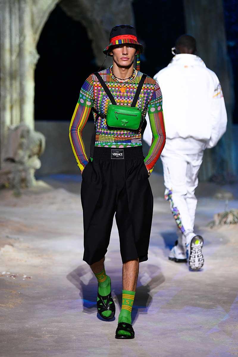 Tendenze moda uomo primavera estate 2021. Sandali con i calzini? Ecco come portarli! - Photo: courtesy of Versace