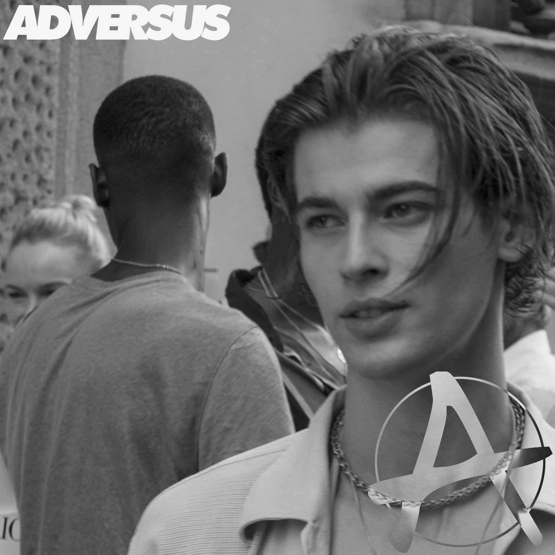Model style dopo la sfilata Giorgio Armani Uomo Estate 2022 - Foto ADVERSUS