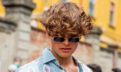 Tendenze tagli di capelli uomo 2021. Mega volumi (e il vento alle spalle)