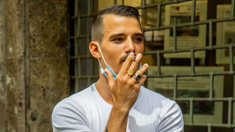 Tendenze tagli di capelli uomo 2021. Il taglio a spazzola con un twist retrò - Foto Charlotte Mesman