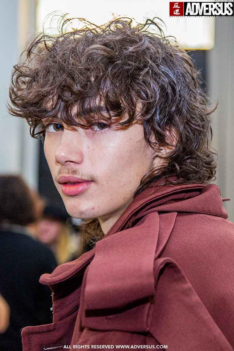 Tendenze tagli di capelli uomo inverno 2021. Novità (molto sconvolgente): il Wolf Cut! - Backstage Magliano - Foto Charlotte Mesman